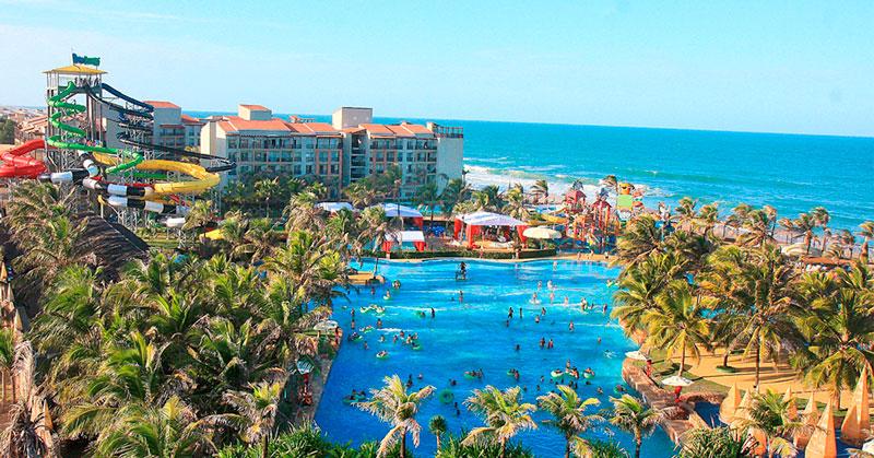 Vista lateral panorâmica resort com frente mar