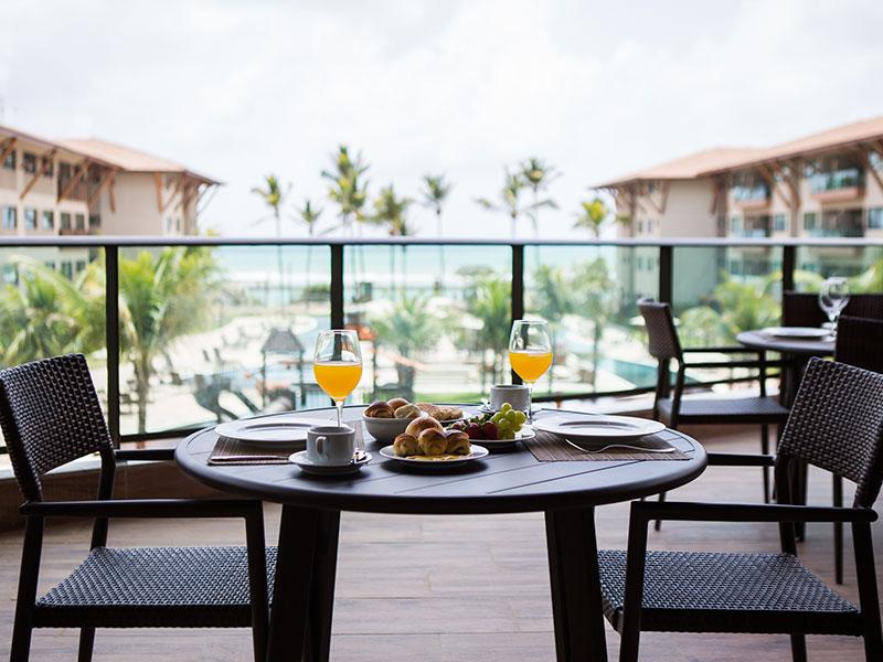 Café da manhã posto com vista para parte central do resort