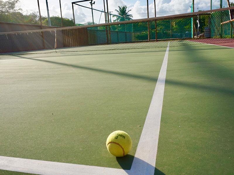 Quadras poliesportivas em toda estrutura como a quadra de tênis disponível