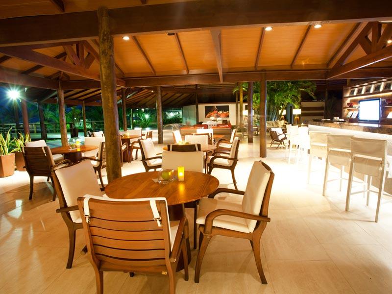 Ala restaurante com mesas postas