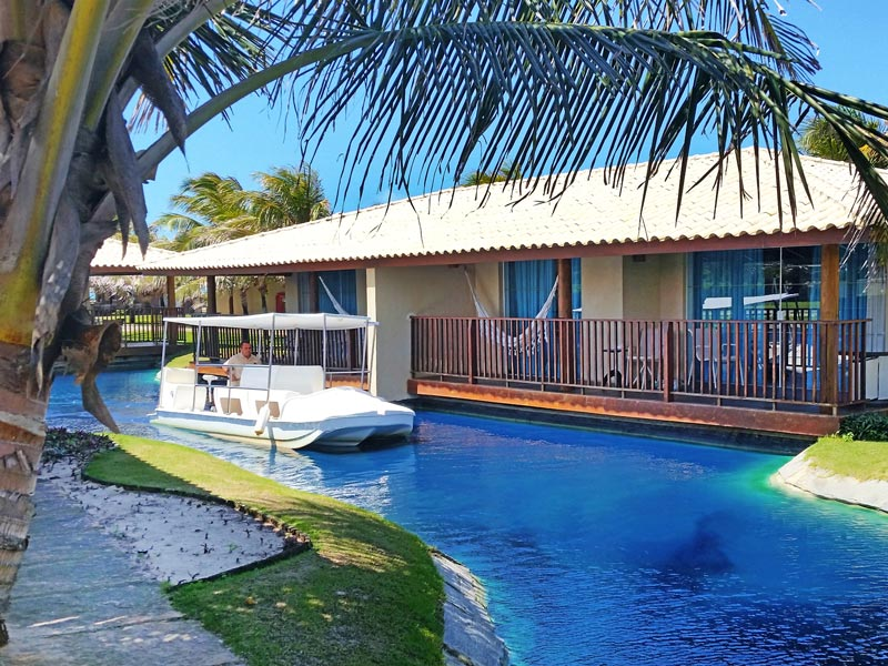 Barco transita pelas water Villas