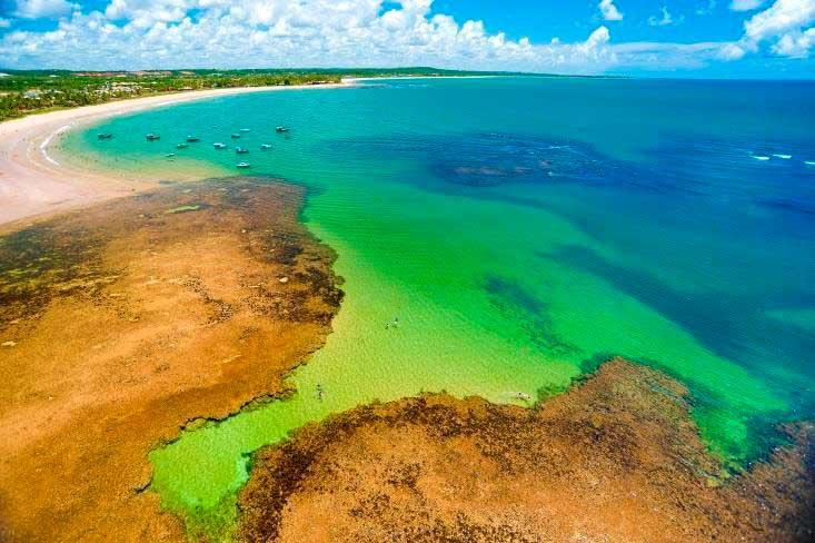 Vista aérea praia com detalhes do corais
