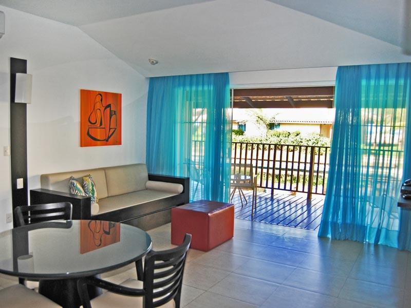 Sala das acomodações conta com mesa e varanda para descanso