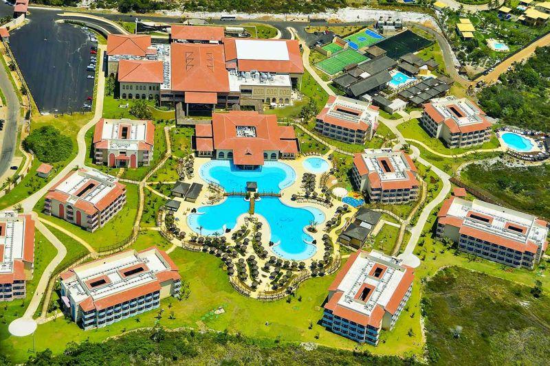 Vista aérea do resort Grand Palladium com detalhes da grande piscina em meio a natureza